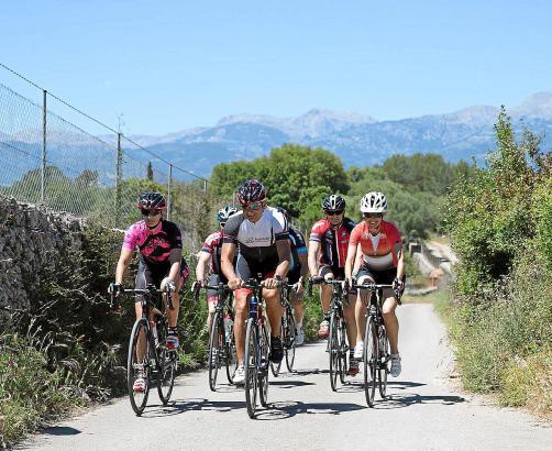Rennradfahrer unterwegs auf Mallorca.