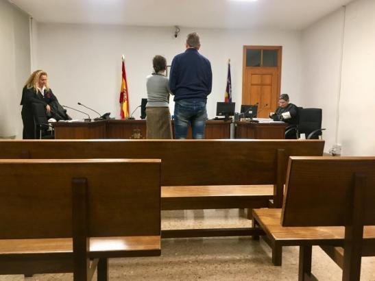 Der Angeklagte nebst Anwältin bei der Verkündung des Urteils.