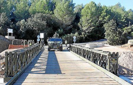 Ein Militärfahrzeug hat die Brücke eingeweiht.