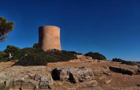 So unbefleckt sieht der Wehrturm von Cala Pi jetzt aus.