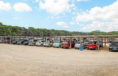 An der Cala Agulla stehen bereits jetzt zahlreiche Parkplätze für Badegäste und Restaurantbesucher zur Verfügung. In der kommend