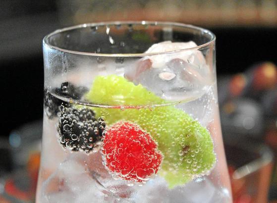 Gin kann man in vielen Variationen genießen. Mit Früchten, mit Tonic gemischt oder als Basiszutat im Cocktail.