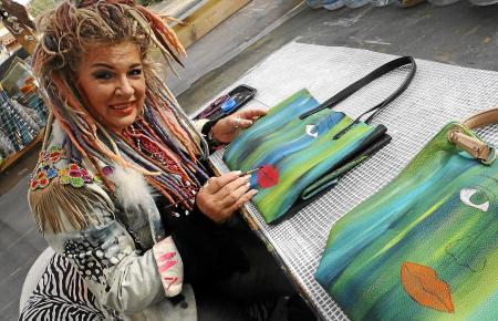"""Brigitte Karasek bemalt nicht nur Leinwände. Ihre """"Crazy Art Bags"""" sind tragbare Statements."""
