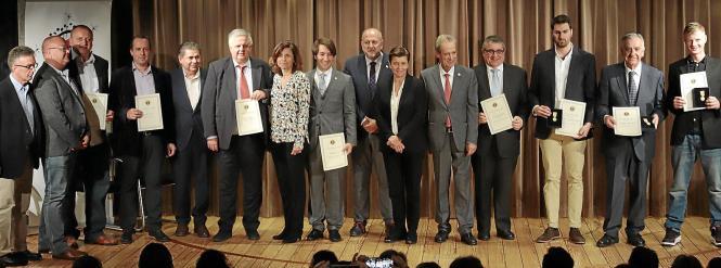 Daniel Thielk (ganz rechts) wurde mit einer Goldmedaille ausgezeichnet. MM-Verlegerin Carmen Serra (Mitte) erhielt eine Auszeich