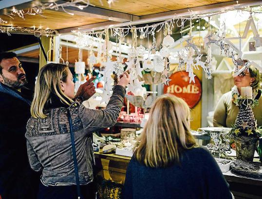 Maximaler Kontrast: Während sich die Weihnachtsmärkte in Puerto Portals und im Pueblo Español festlich zeigen, geht es an der Ra