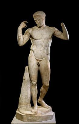 Aus Marmor ist die römische Kopie der griechischen Bronzestatue eines Diademträgers.
