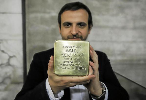 Kulturdezernent Llorenç Carrió hält einen der für die spanischen Nazi-Opfer geplanten Stolpersteine.
