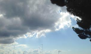 Dunkle Gewitterwolken über der Bucht von Palma