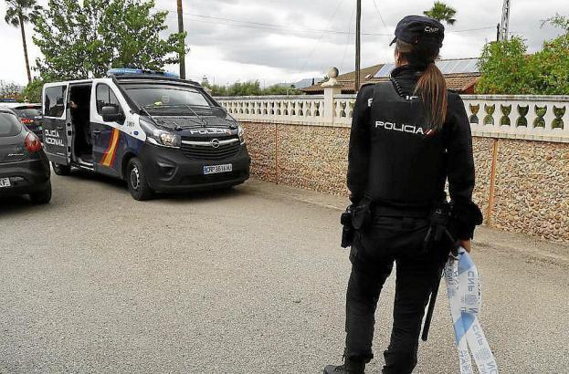 Polizisten suchen nach den Tätern.