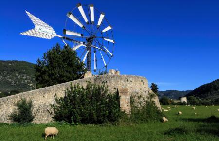 Mallorca-Mühle unter einem stahlblauen Himmel.