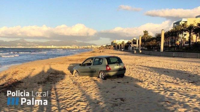 Blick auf das Auto im Sand.
