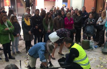 Der deutsche Künstler Gunter Demnig hat 14 seiner Stolpersteine in Gedenken an Nazi-Opfer erstmals auf Mallorca verlegt. Am Plaç