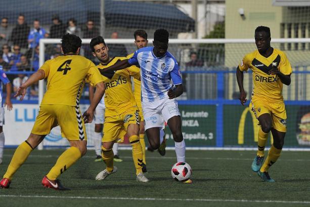 Allein auf weiter Flur: Hier versucht Atlético-Kicker Nuha, sich gegen drei Gelbe durchzusetzen.
