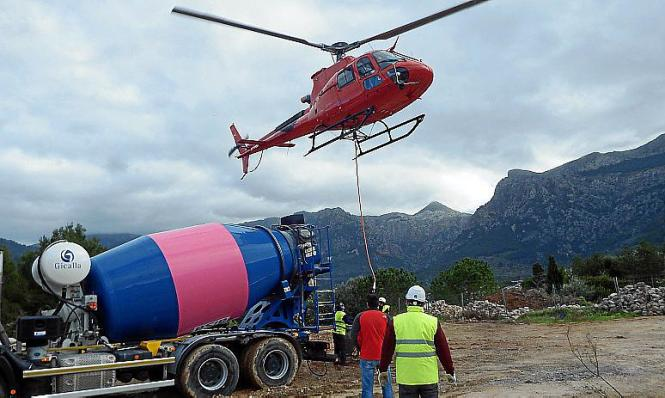 Ein Helikopter musste den Beton für die Sanierung des Viadukts bei Sóller liefern.