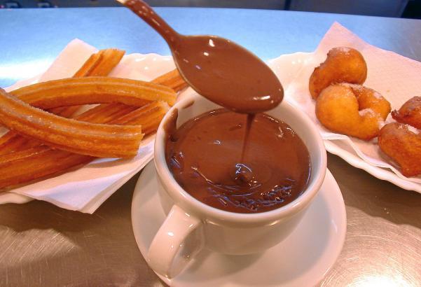 Nur gut, wenn sie Fäden zieht: Heiße Schokolade auf Inselart hat mit den gängigen Instantgetränken aus Kakaopulver nicht viel ge