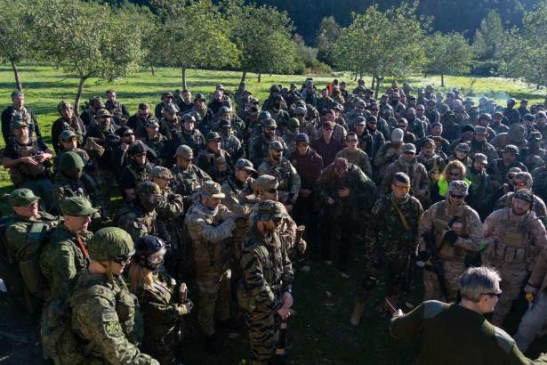 Sehen fast wie echte Soldaten aus: Teilnehmer des Spektakels.