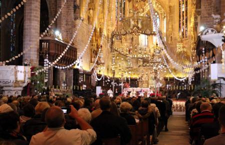 Das Archivfoto zeigt weihnachtlichen Lichterglanz beim deutschsprachigen ökumenischen Gottesdienst in Palmas Kathedrale.