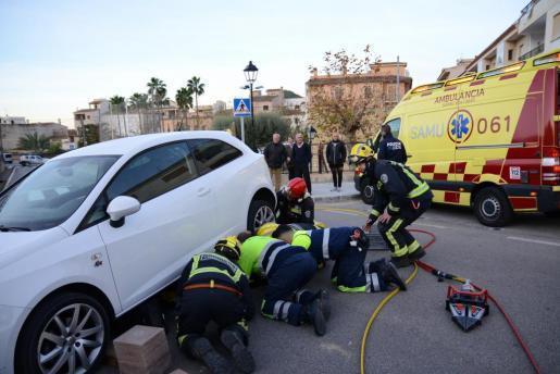 Die Fußgängerin war bei dem Unfall unter den Wagen geraten.