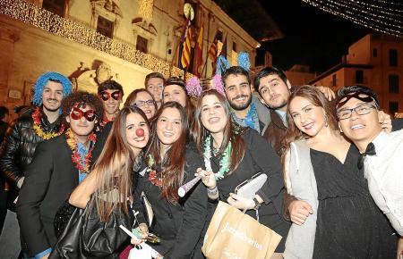 Was nach Karneval aussieht, gehört auf Mallorca zu den Bräuchen am Silvesterabend: Verkleidung und zwölf Glückstrauben während d