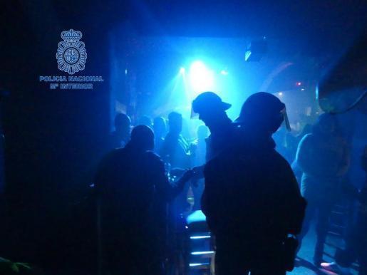 Das Archivfoto der Polizei zeigt Beamte bei einem Einsatz in einer Diskothek.