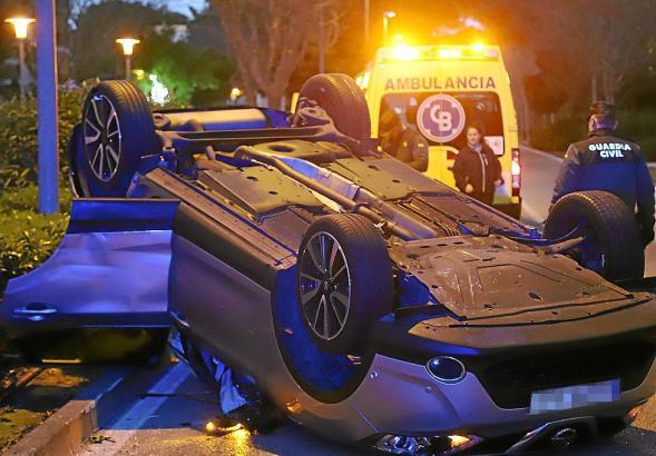 In Palmanova ist der Fahrer eines Unfallwagens geflüchtet, nachdem er sich vor der Polizeikaserne überschlagen hatte.