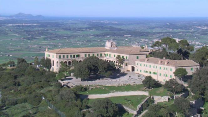Blick auf das Kloster Cura auf dem Randa-Berg.