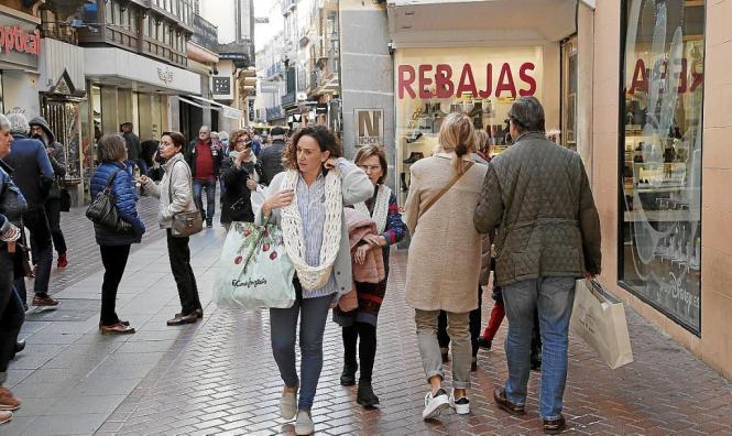 """In Palma mittlerweile ein gewohntes Bild: Schaufenster zeigen """"Rebajas"""", Rabattangebote."""