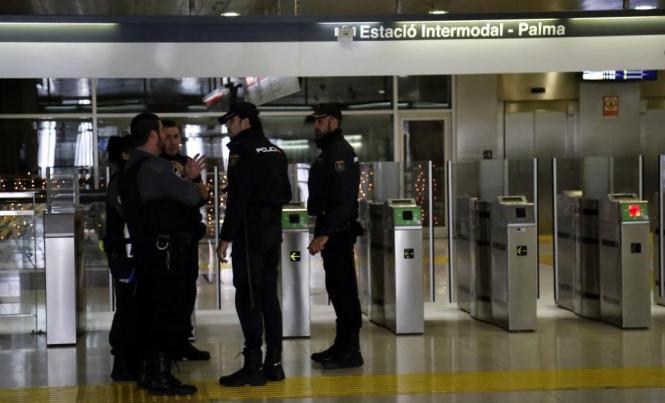 Polizisten im Bahnhof von Palma.