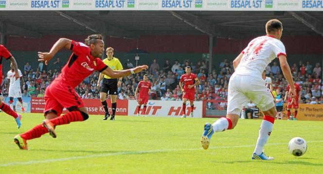Am 13. Juli 2013 spielte Real Mallorca im Kölner Südstadion gegen den 1. FC Köln. Hier nimmt Mallorcas Emilio Nsue, der inzwisch