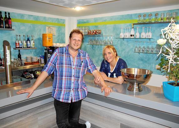 """Das Ehepaar Büchner im April ihrer Bar """"Fanetería"""" in Cala Millor."""