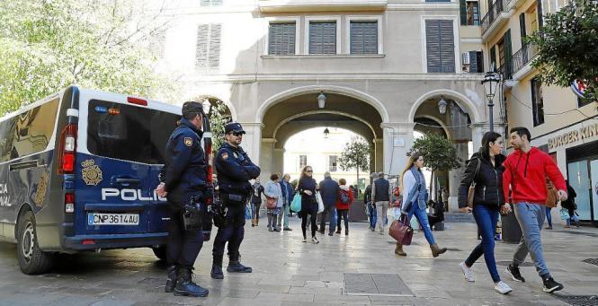 Die Ordnungshüter halten wie hier auf der Plaça Major die Augen offen.