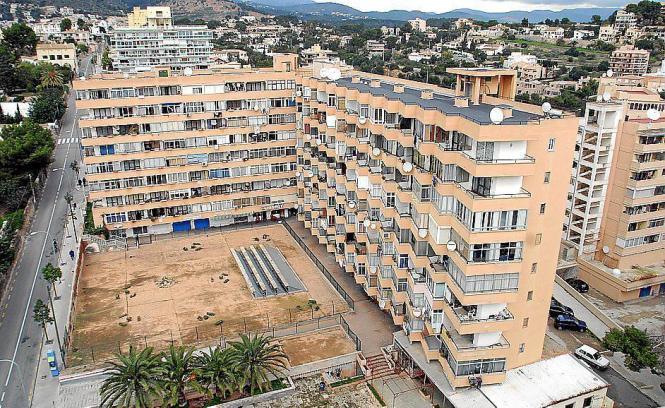 Blick auf einen der Wohnblocks an der Saridakis-Straße.