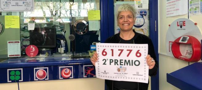 In Lottoannahmestellen, in denen Gewinner-Lose verkauft wurden, wird gefeiert.