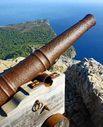 Das Kiefernkap (im Hintergrund) war ein Piratennest, bis auf dem Penya des Migdia eine Festungsanlage gebaut wurde.