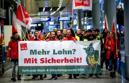 Protestler im Flughafen Düsseldorf.