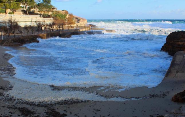 Der Wellengang vor Mallorca sollte am Wochenende allmählich nachlassen.