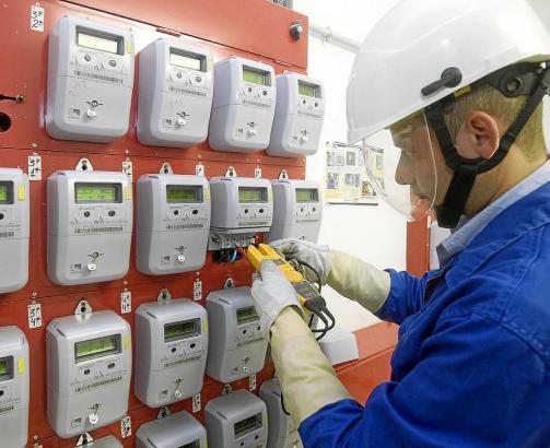 Endesa-Mitarbeiter bei der Untersuchung von Stromzählern.