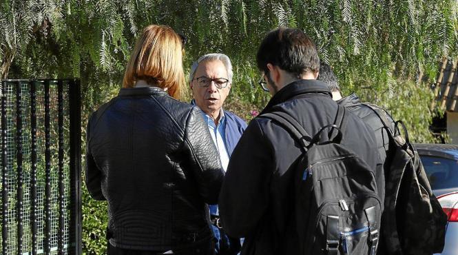 Ein Nachbar und Journalisten am Ort der Leichenfunde.