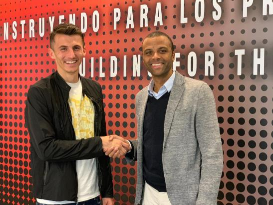Real-Mallorca-Manager Maheta Molango (r.) begrüßt Neuzugang Ante Budimir.