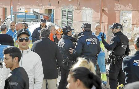 """Polizisten der Policia Local begleiteten am Dienstag die Räumungen in Palmas Problemviertel """"Corea""""."""