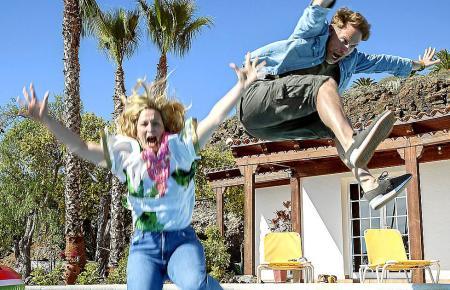 Tinka (Anna König) und Jürgen (Janek Rieke) feiern ihren ersten gemeinsamen Urlaub mit einem Sprung in den Pool.