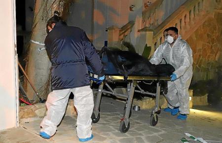 Die beiden verstorbenen Deutschen werden nach dem Fund in ihrem Haus in Las Palmeras gerichtsmedizinisch untersucht.