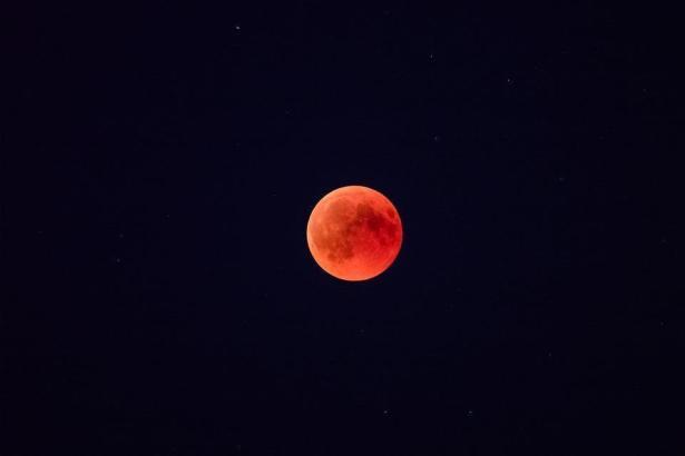 """Kommt äußerst selten vor: Am Montagmorgen fällt die Mondfinsternis mit der Vergrößerung des Mondes zum """"Supermond"""" zusammen."""