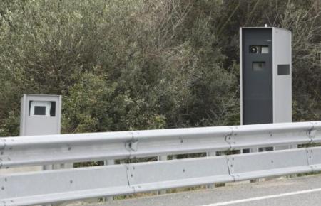 Ein Radargerät an einer Autobahn.