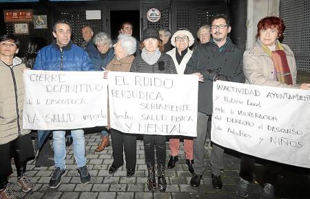 Wütende Anwohner mit Transparenten auf der Straße.