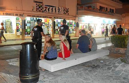 Eine Polizeipatrouille in Cala Rajada.