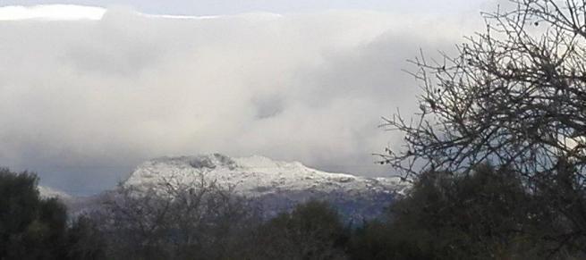 Die Gipfel in der Tramuntana sind schneebedeckt.