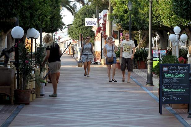 Das Zentrum des auch bei Deutschen beliebten Touristenortes ist weitgehend von Fußgängerzonen geprägt.