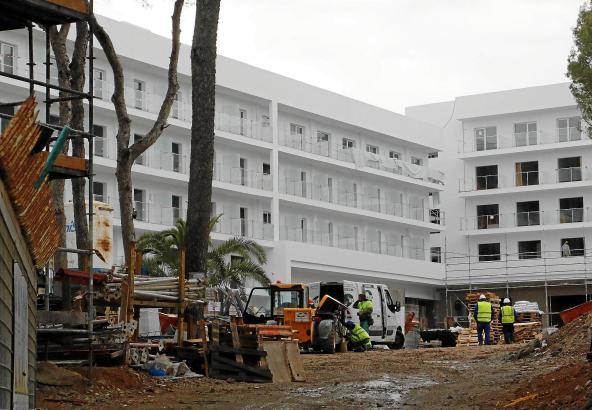 Am Hotel Playa Park an der Playa de Palma wird mit Hochdruck gearbeitet.