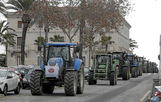 Mit Traktoren zogen die Landwirte an Palmas Hafen vorbei bis zum Consolat de Mar.